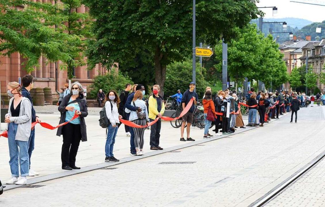 Zwischen Fahnenbergplatz und Rempartst... Sonntag rund 200 Menschen eine Kette.  | Foto: Rita Eggstein