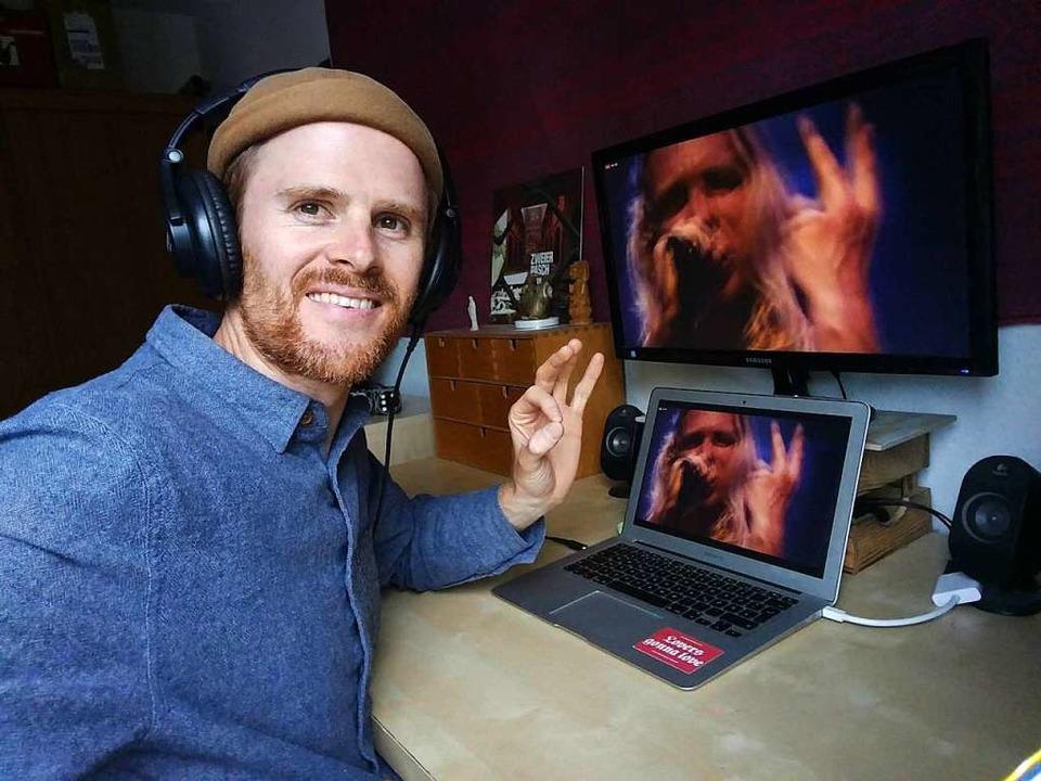 Zweierpasch-Musiker Till Neumann schau...onzert auf dem heimischen Computer an.  | Foto: Privat
