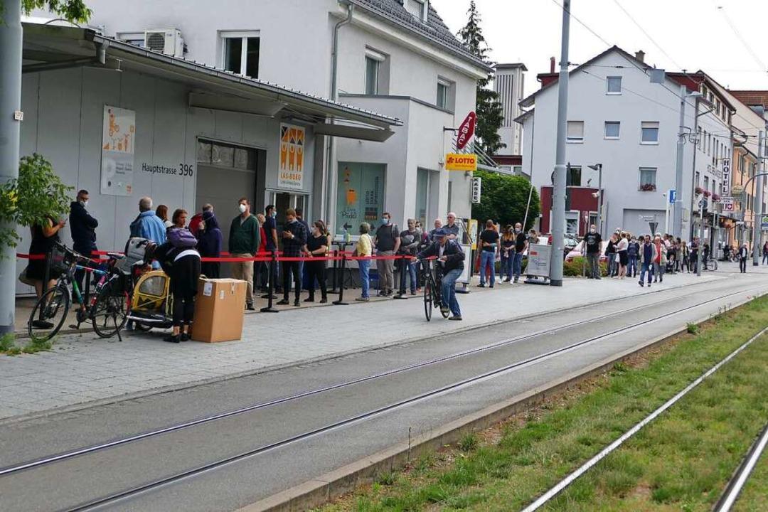Mehrere hundert Meter lang war die War...er in Friedlingen bei der Firma Burg).    Foto: Ulrich Senf
