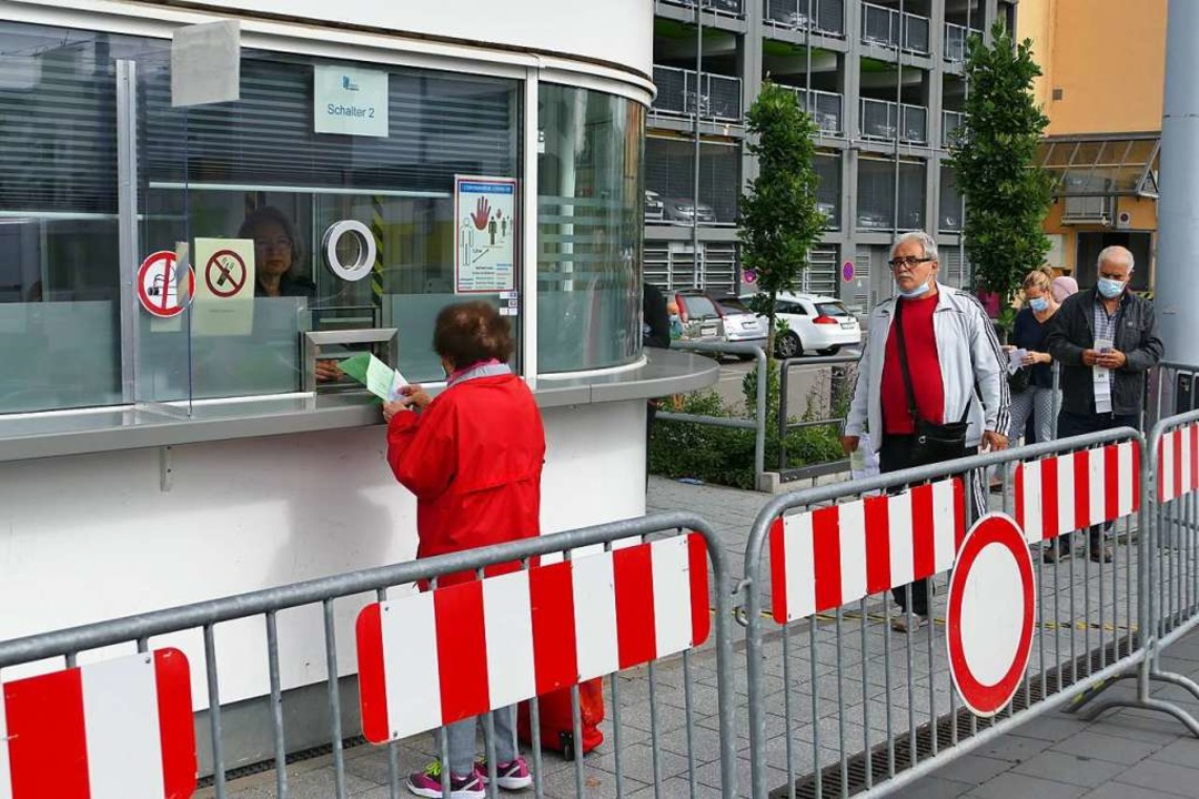 Mit Abstand standen die Kunden zur  Mehrwertsteuerrückerstattung an.    Foto: Ulrich Senf