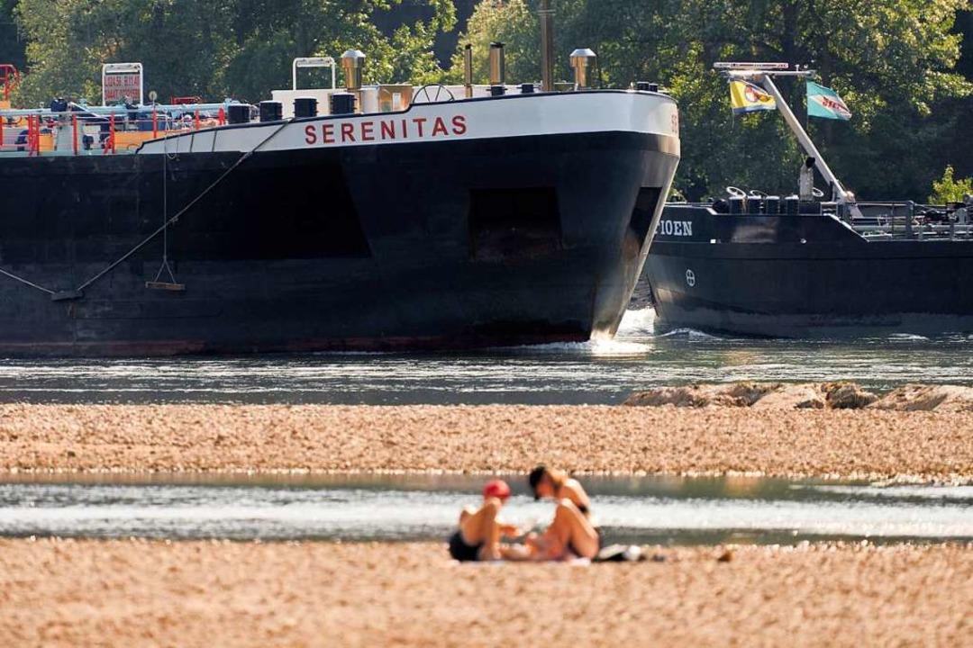 Am Rhein sind die Wasserstände aktuell deutlich niedriger als saisonal üblich.  | Foto: Thomas Frey (dpa)