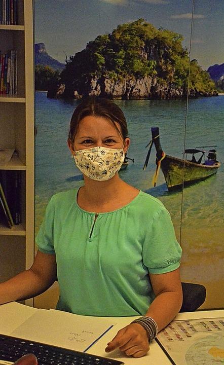 Mit Mundschutz vor Urlaubskulisse: Man...er, Inhaberin des Staufener Reisebüros  | Foto: Gabriele Hennicke