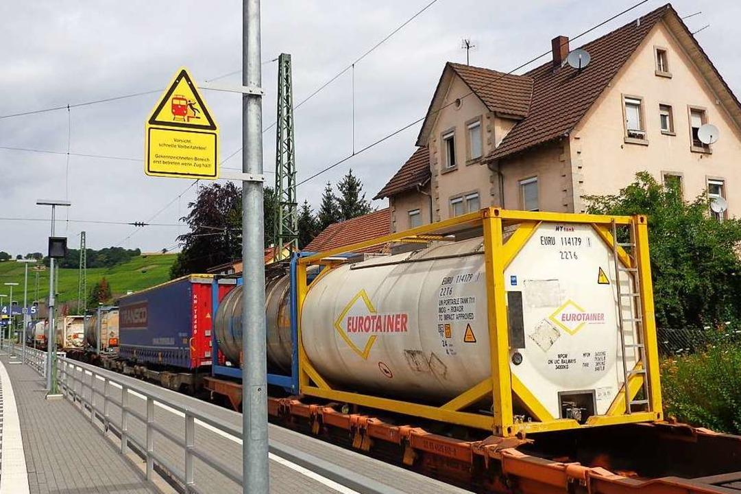 Parkende Gefahrgutzüge im Wohngebiet &...rätin Dammann ein unhaltbarer Zustand.    Foto: Friedrich Lehr