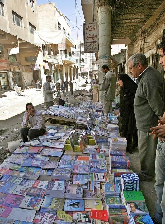 Bildung hilft:  Büchermarkt in Bagdad  | Foto: epa Faleh Kheiber
