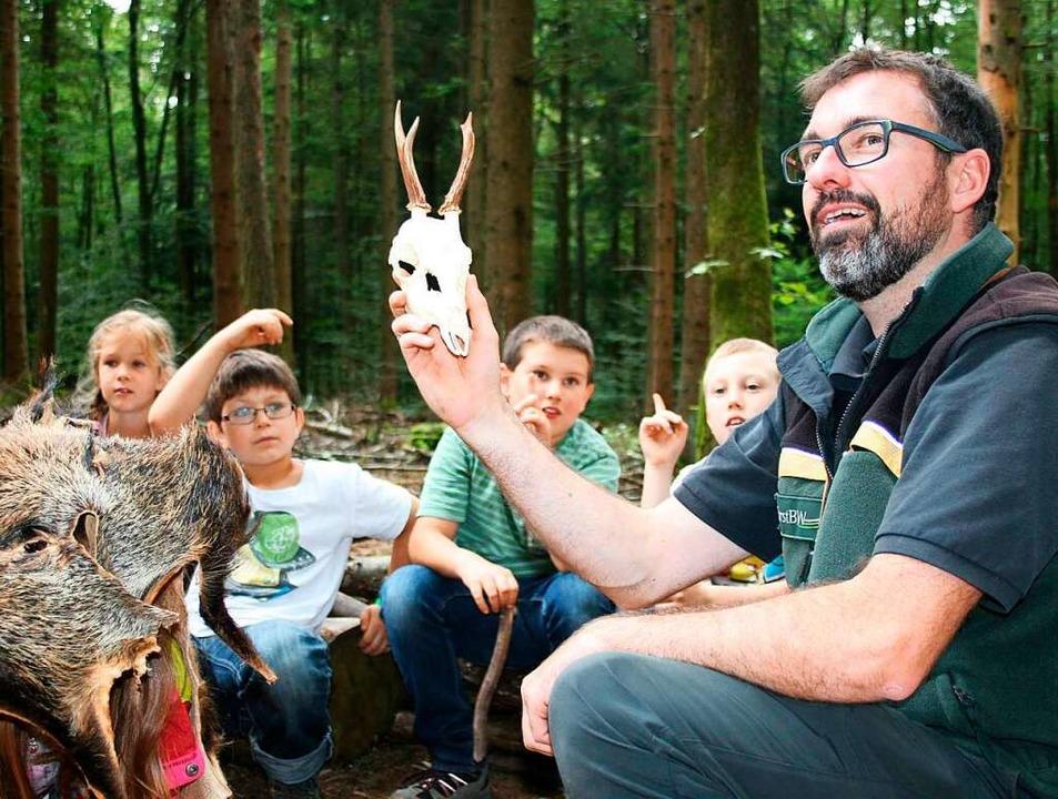 Die Waldwoche mit Förster Sven Hendrik... Rahmen des Kinderferienspaß-Angebots.    Foto: Ralph Lacher