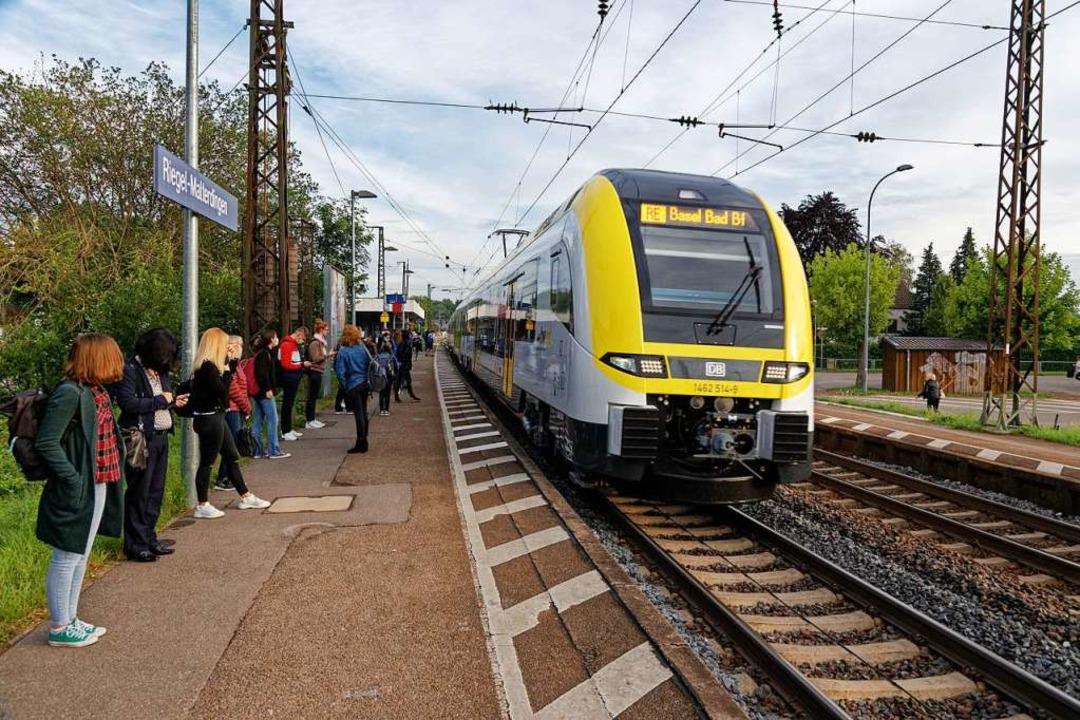 Ein Regionalexpress um 6.59 Uhr bei de... deutlich weniger Fahrgäste unterwegs.  | Foto: Martin Wendel