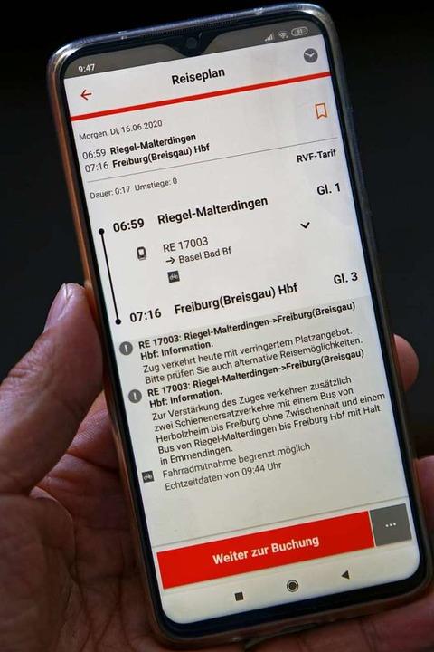 Ein genauer Blick in die Fahrplan-Apps...uss in Riegel/Malterdingen garantiert.  | Foto: Martin Wendel