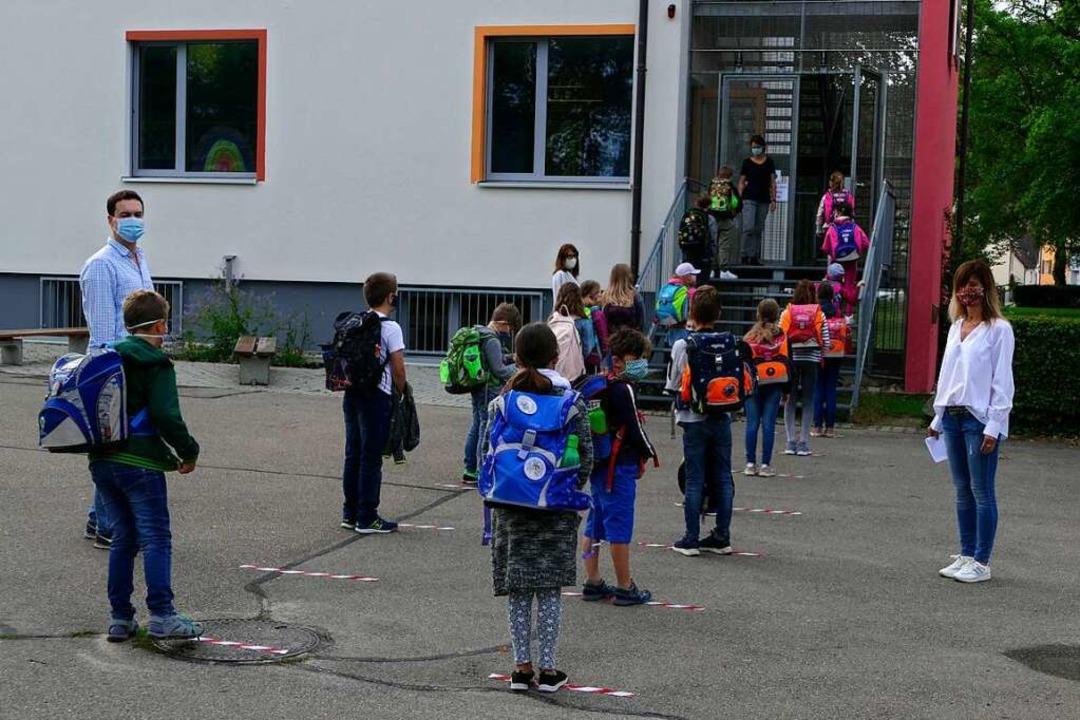 Merdingens Rektorin Alexandra Mangold ...drei Monaten wieder zur Schule kommen.  | Foto: Manfred Frietsch