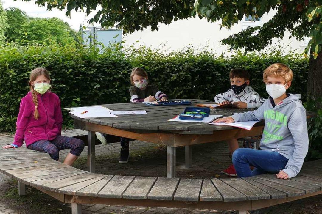 Mit Maske verbringen diese Grundschüle...rundschüler in Wittnau den Nachmittag.  | Foto: Jannik Jürgens