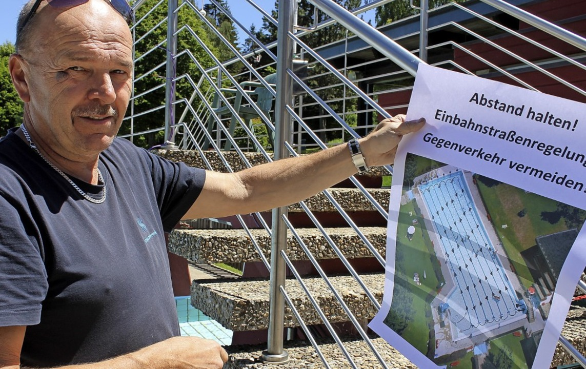 Rainer Schwinkendorf erläutert das Betriebskonzept für das Waldfreibad.  | Foto: Cornelia Liebwein