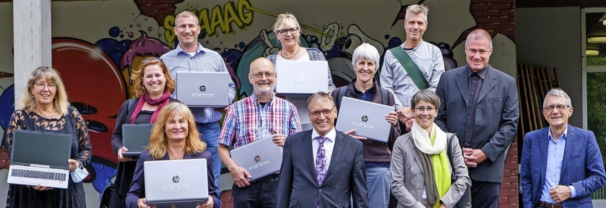 Die Übergabe von Laptops der Bürgerstiftung an sieben Lörracher Schulen.     Foto: Ansgar Taschinski