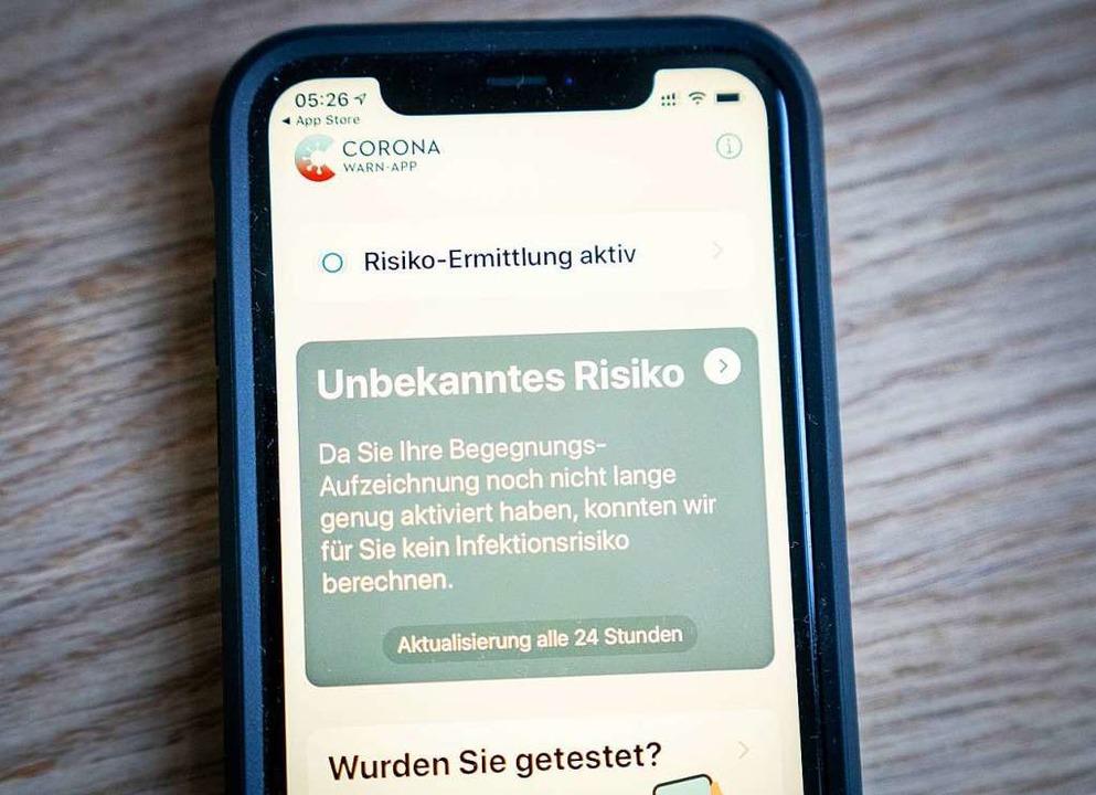 Nutzer sind verärgert: Nur wer eine be...zt, kann die Corona-App herunterladen.  | Foto: Kay Nietfeld (dpa)