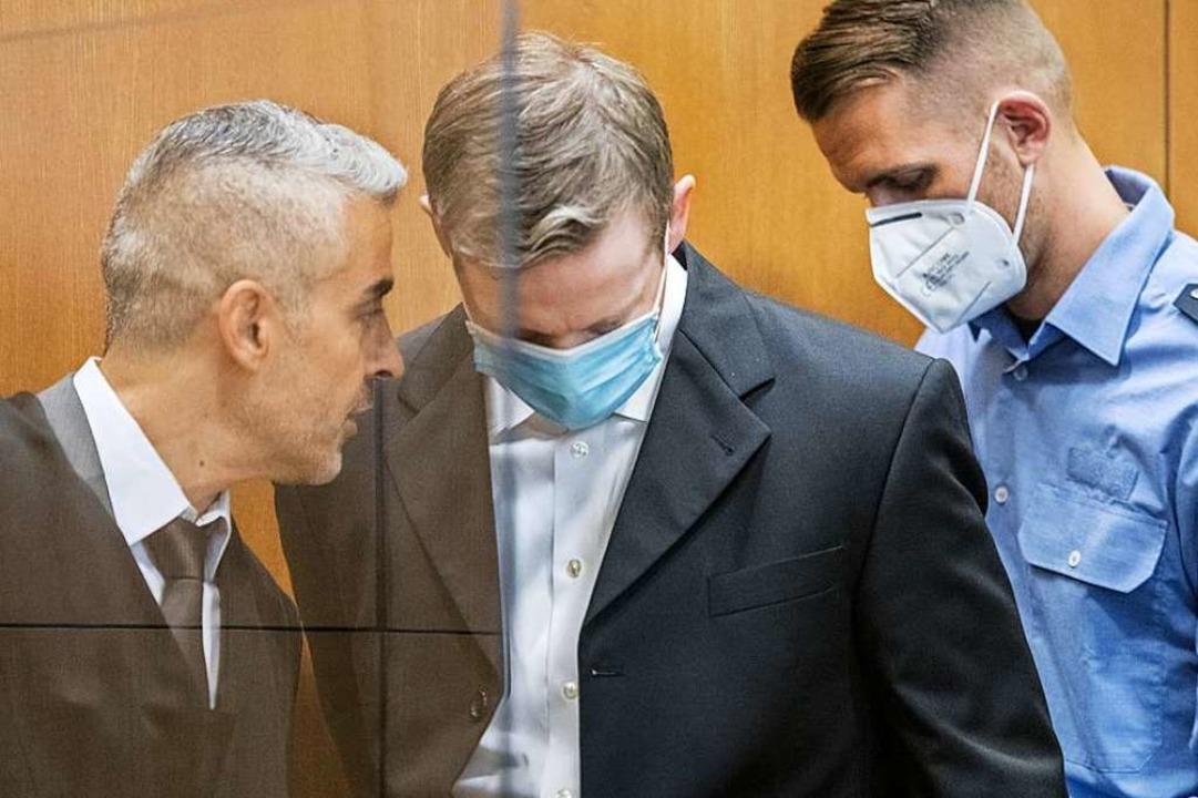 Stephan E. (mitte) betritt am Dienstag den Gerichtssaal.  | Foto: Thomas Lohnes (dpa)