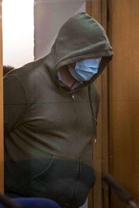 Markus H. wird in den Gerichtssaal geführt.  | Foto: THOMAS LOHNES (AFP)