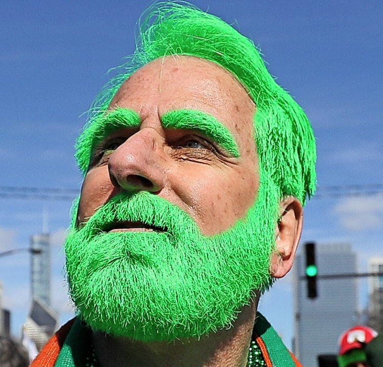 Grüne Haare durch einen Corona-Impfsto... der Mann hat sich einfach verkleidet.    Foto: Brian Lawless