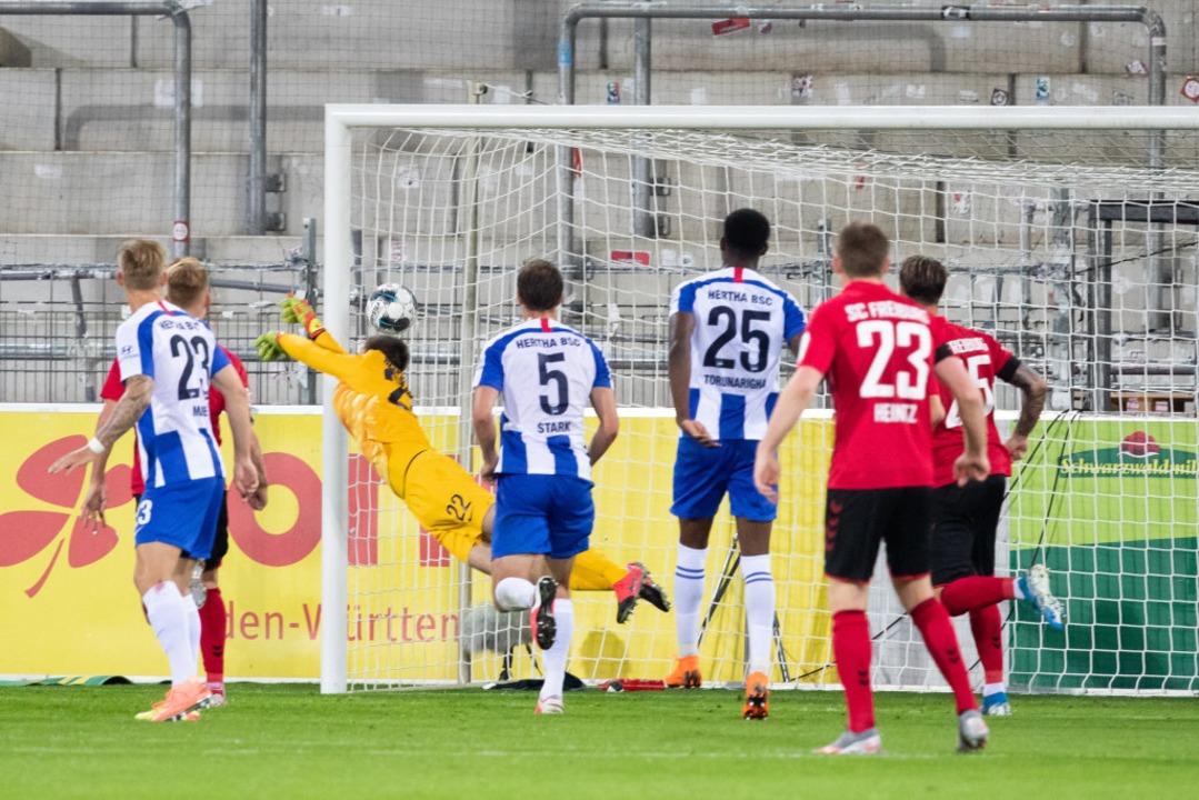 Mit dem Pfosten ins Tor; Vincenzo Grif... Freistoß das 1:0 für den SC Freiburg.  | Foto: Tom Weller (dpa)