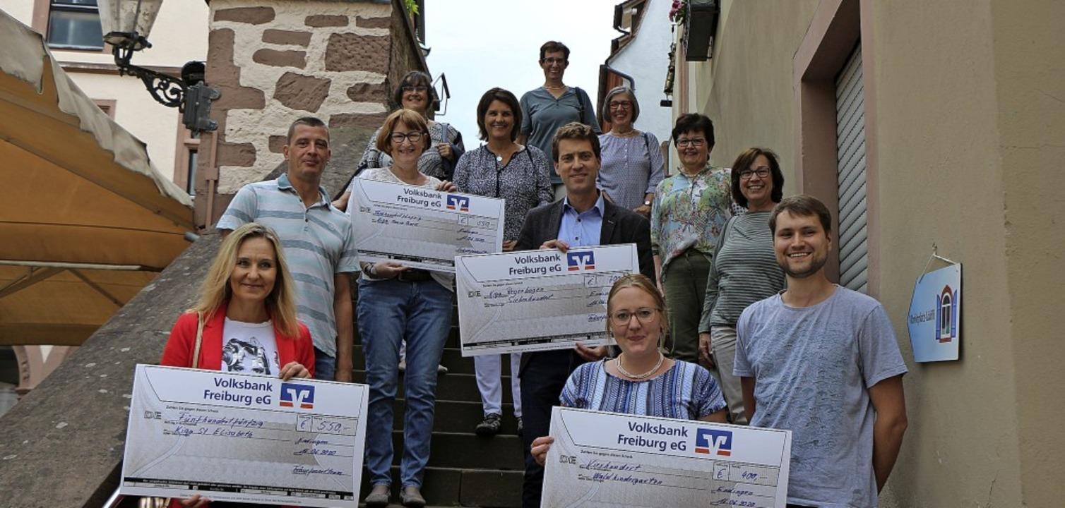 Das Fräuefasnet-Team und die Vertreter...eim Rathaus nach der Spendenübergabe.   | Foto: Helmut Hassler