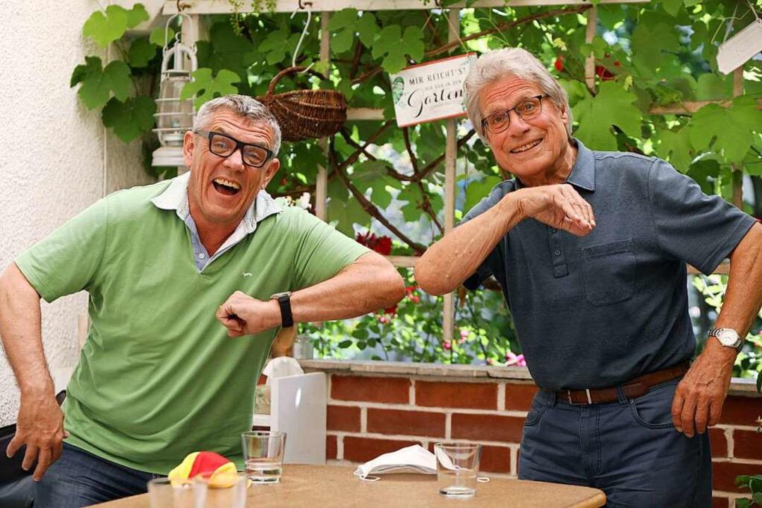 Helmut Dold (links) und Ludwig Hillenbrand mit der Corona-Begrüßung.  | Foto: Christoph Breithaupt