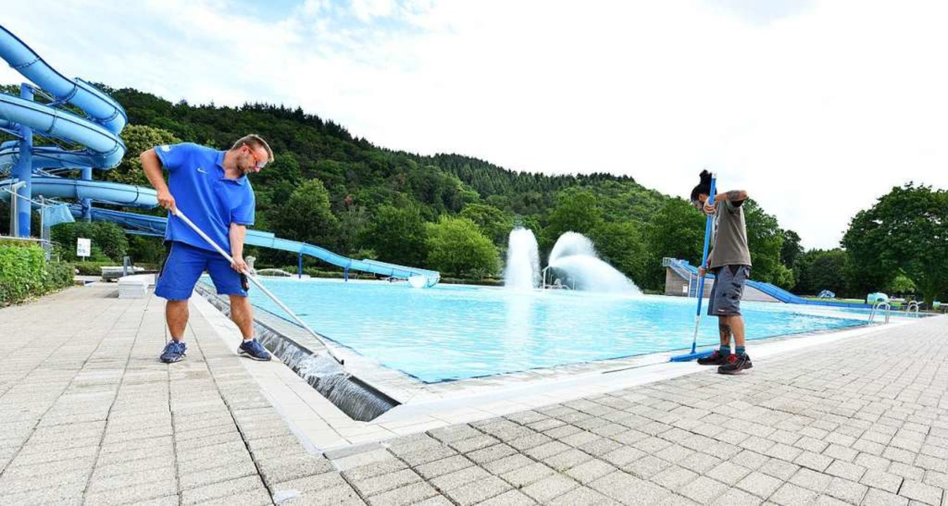 Im Strandbad bereitet das Team die Öff... Rutsche darf dann immer nur ein Kind.  | Foto: Rita Eggstein