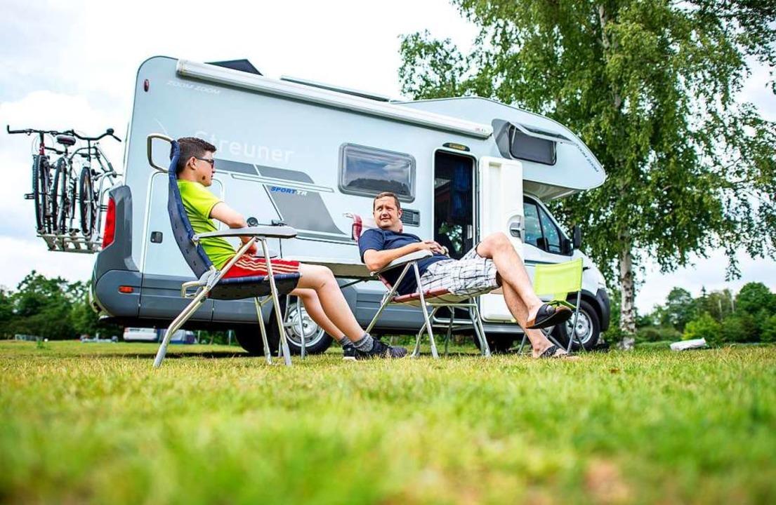 Wohnmobile  sollen auf  Stellplätzen parken, fordert Schluchsees Gemeinderat.     | Foto: Hauke-Christian Dittrich (dpa)