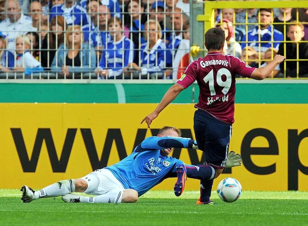 Szenen aus einem großen Spiel. Alexander Ernst im Duell mit Schalkes Gavranovic  | Foto: Patrick Seeger