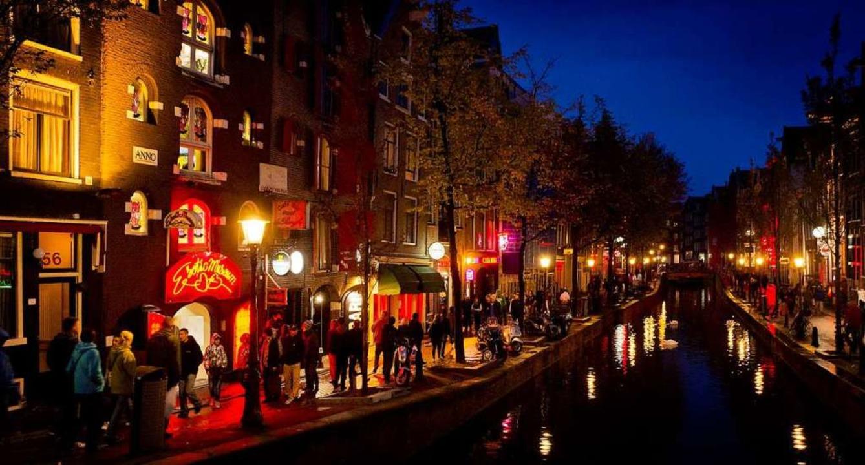 Menschen schlendern am Abend an einer ...ollen den Massen-Tourismus nicht mehr.  | Foto: Koen Van Weel (dpa)