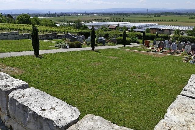 Drei Stelen auf dem Gräberfeld