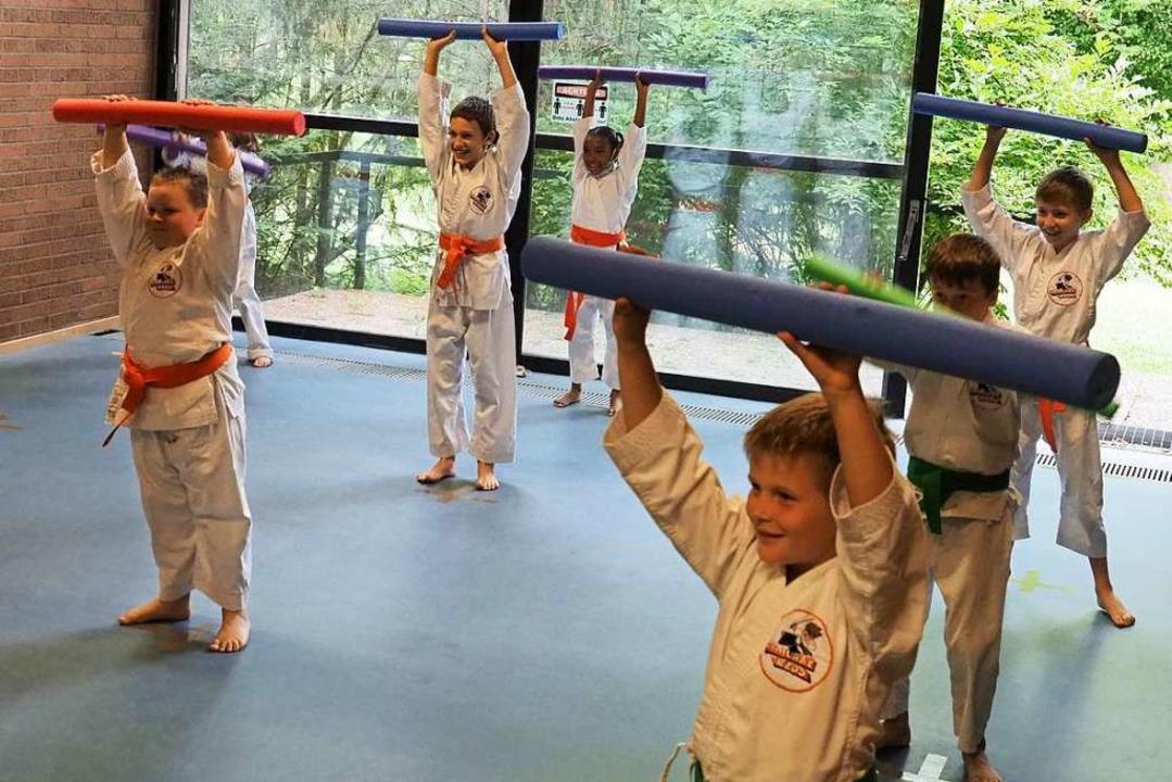 Wie Gewichtheber stemmen die Karatekas...bei muss aber Abstand gehalten werden.  | Foto: Jutta Geiger