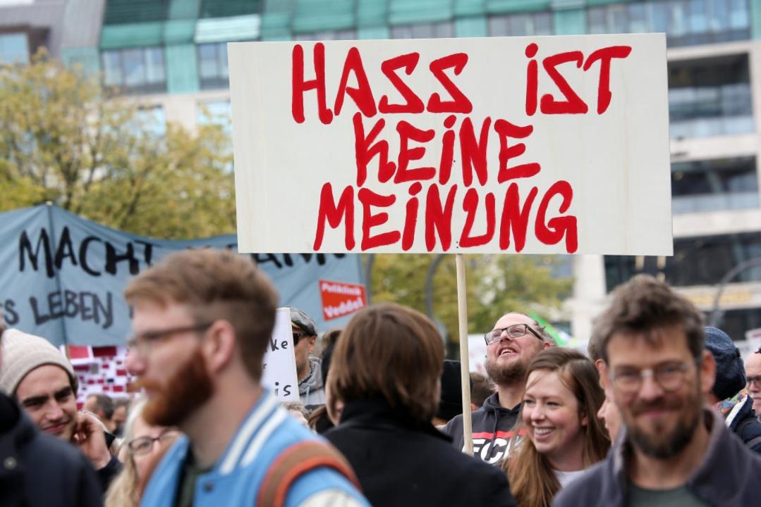 Gegen Hass-Postings demonstrieren ist ...sie strafrechtlich zu verfolgen nicht.  | Foto: Bodo Marks (dpa)