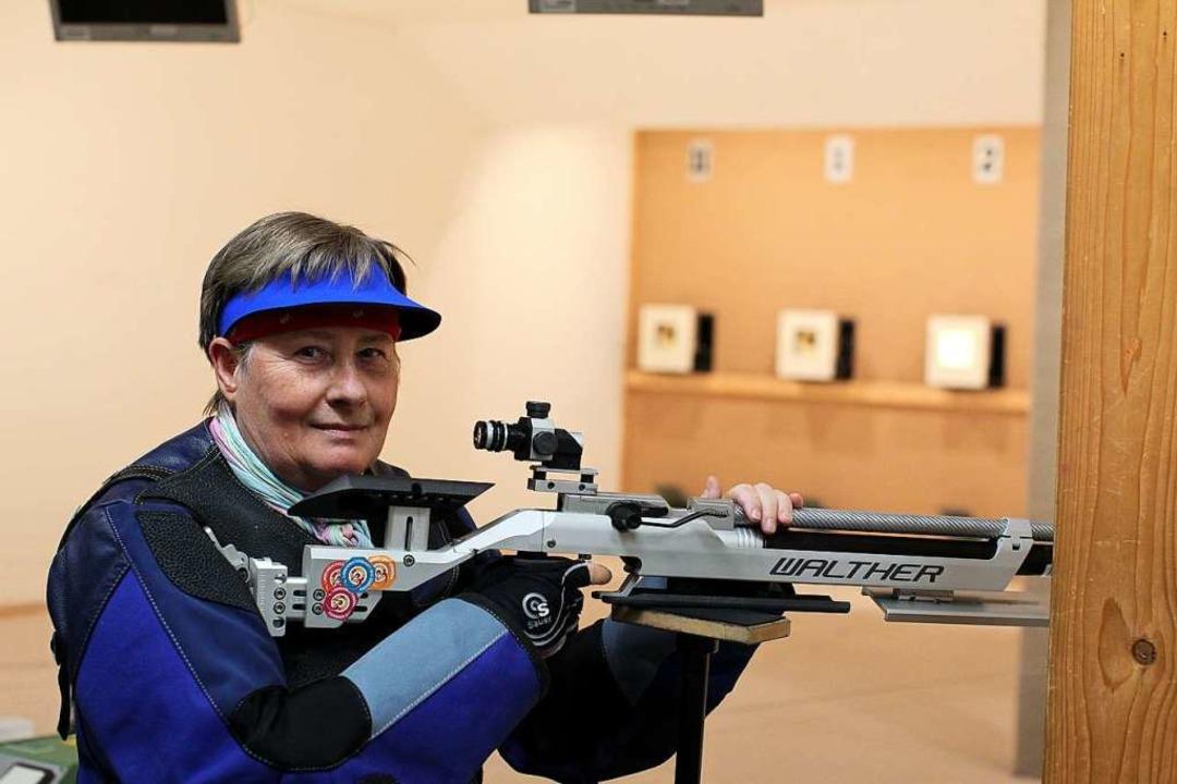 Ute Klingk übt bei den  Marcher Sports...ihrer Waffe auf der Zehn-Meter-Anlage.  | Foto: Daniel Hengst