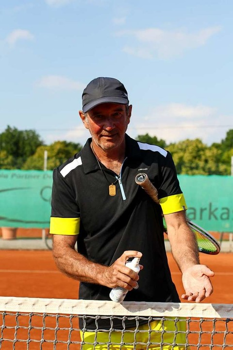 Claus Morisch mit Desinfektionsspray auf der Anlage des Tennisclubs Bötzingen.  | Foto: Daniel Hengst