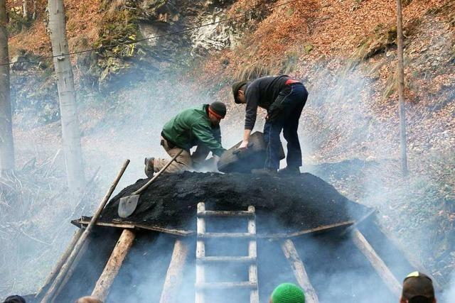 Im Freiburger Stadtwald wird ein Kohlenmeiler entzündet