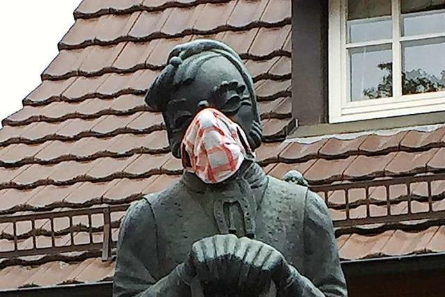 Vorbildliche Herdermer Lalli-Figur mit Mundschutz