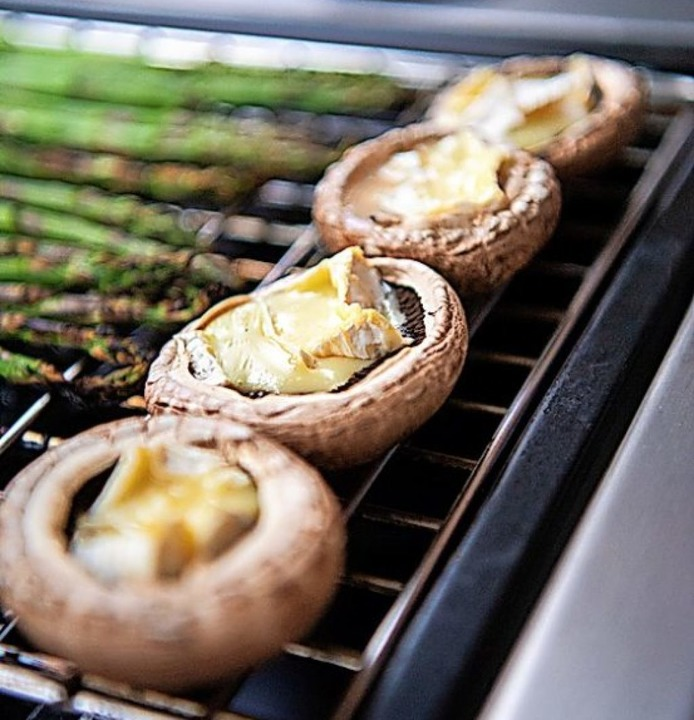 Schmeckt gut: Mit Käse gefüllte Champignons auf dem Grill  | Foto: Andrea Warnecke