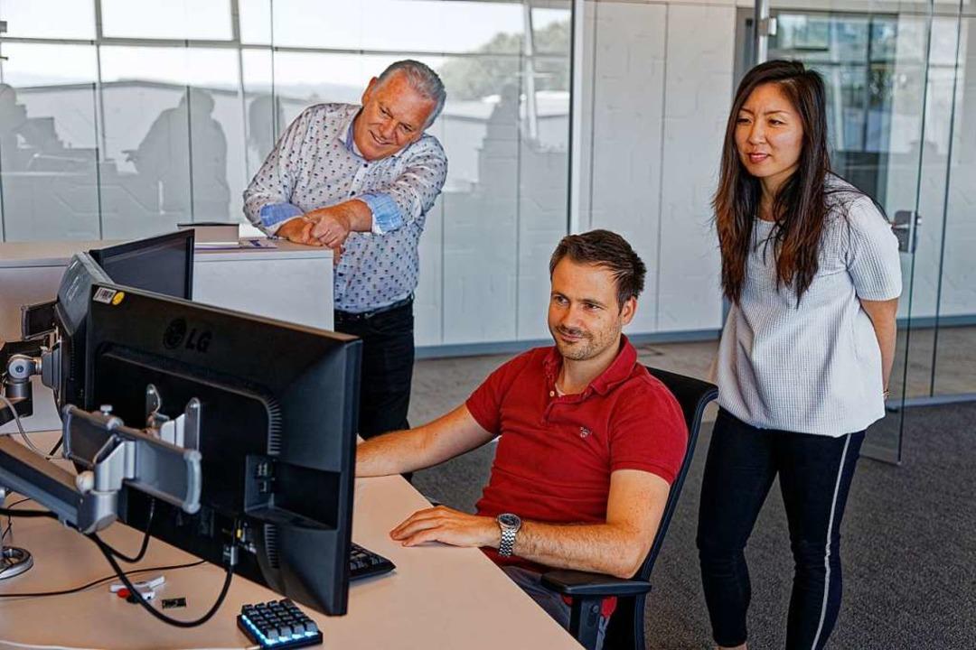 Unternehmer Michael Pawellek (links) i...rbeitern in der Entwicklungsabteilung.  | Foto: Martin Wendel