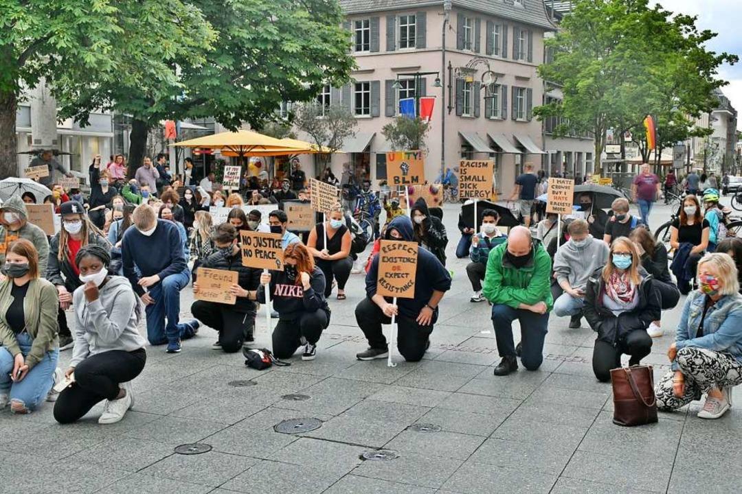 Etwa hundert Menschen protestierten am Freitag in Lörrach gegen Rassismus.  | Foto: Barbara Ruda