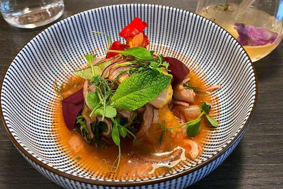 Kingfish Ceviche mit Buddhas Hand, roten Zwiebeln und Passe Pierre.  | Foto: Anika Maldacker