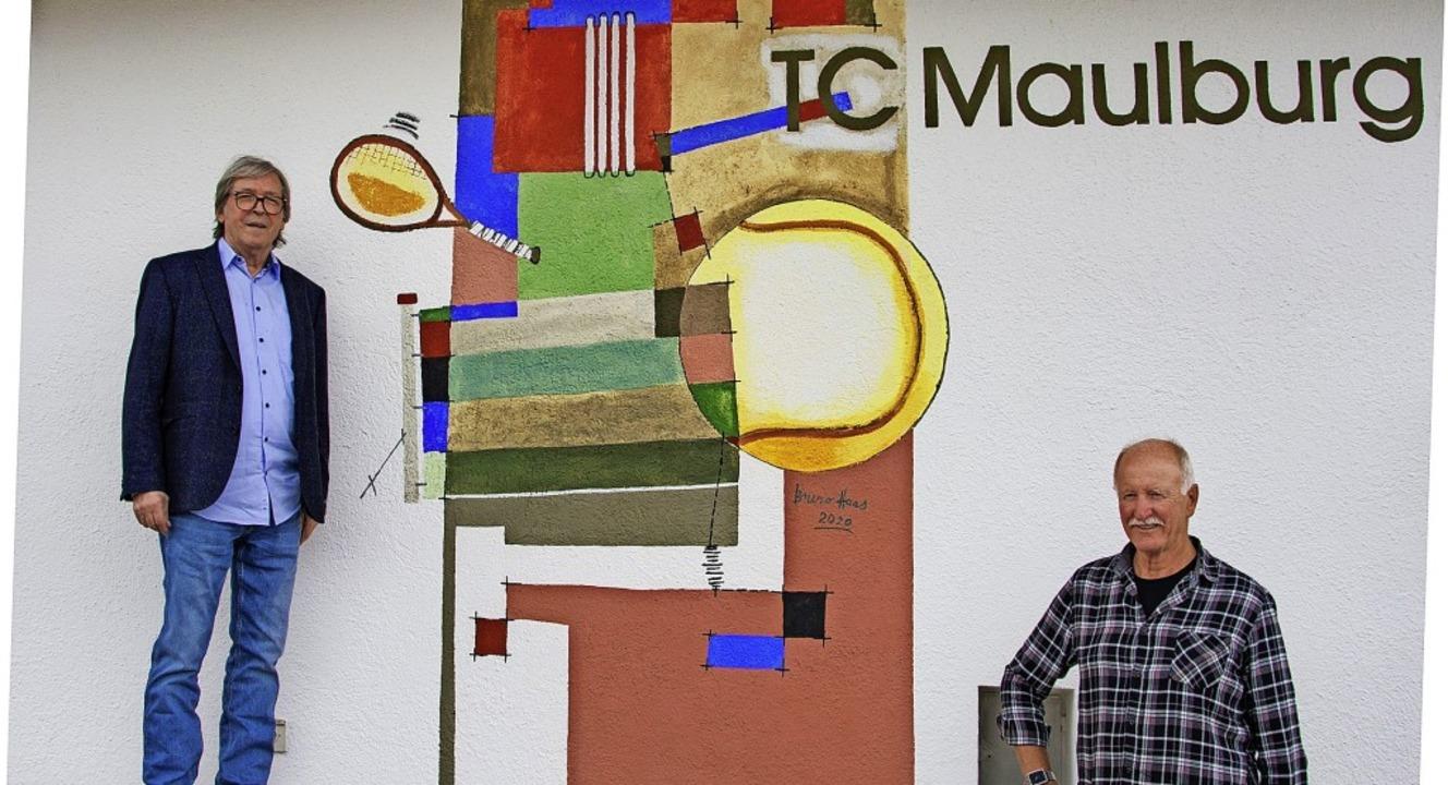 Der Künstler Bruno Haas (links) und Ha...eig vor dem neu geschaffenen Wandbild.    Foto: Paul Eischet