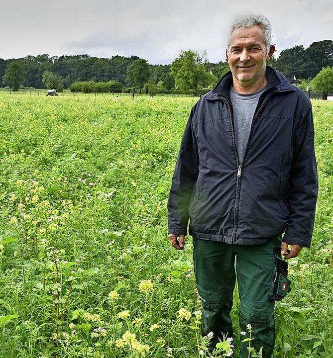 Mathias Gutekunst auf einer  Blühwiese mit gelben Senfblumen.  | Foto: Michael Bamberger