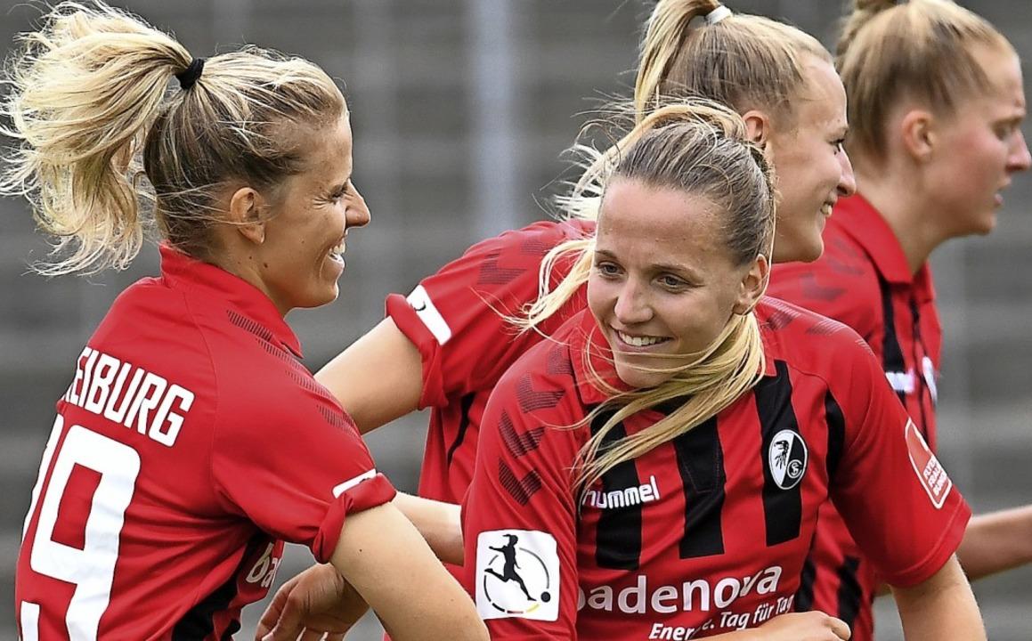 Lisa Karl (rechts) mit Jana Vojetkova   | Foto: Achim Keller/SCFreiburg/POOL