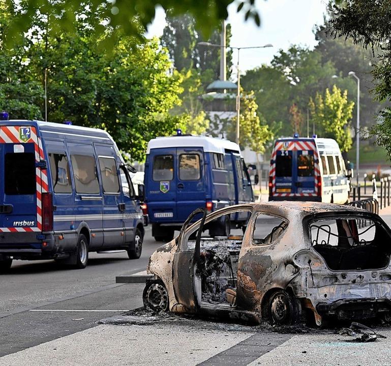 Ausgebranntes Auto im Banlieue Les Gresilles  | Foto: PHILIPPE DESMAZES (AFP)