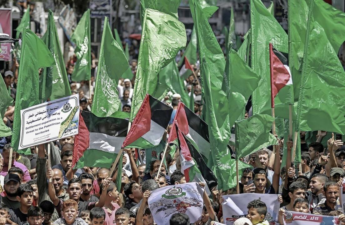 Protest gegen die Annexion:  Unterstüt... Hamas-Bewegung nehmen an Marsch teil.    Foto: Mohammed Talatene (dpa)