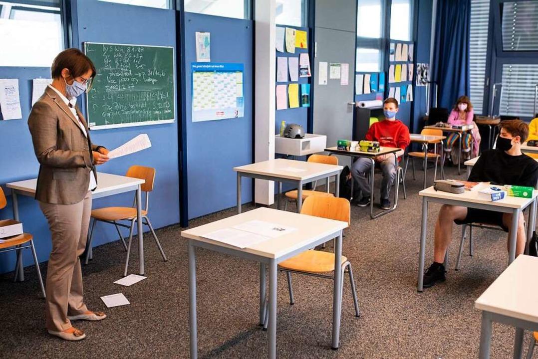 Mit Abstand unterrichten: eine Lehrerin in der 12. Klasse eines Gymnasiums.  | Foto: Sven Hoppe (dpa)