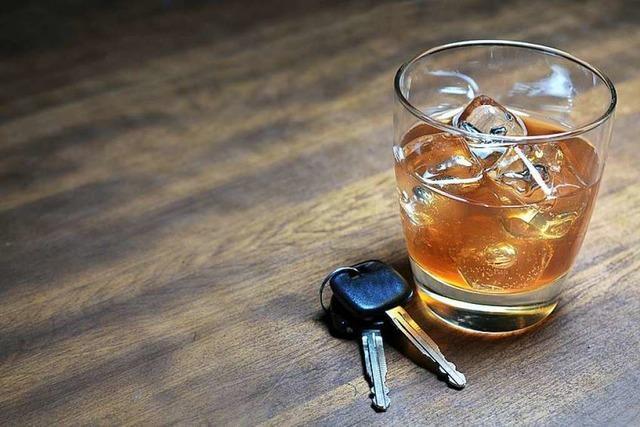 Stark alkoholisierter Lkw-Fahrer fährt mit nicht zugelassenem Sattelzug in Schlangenlinien