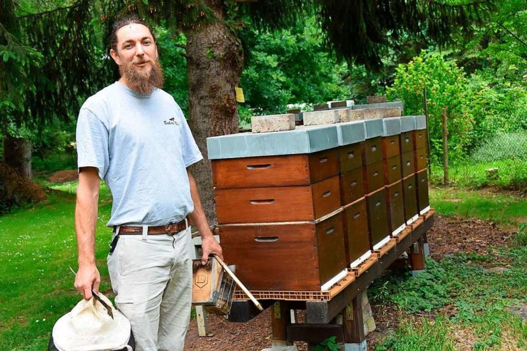 Stewart Baker vor einem Teil seiner Bienenstöcke.  | Foto: Andrea Steinhart