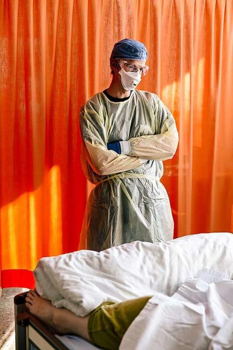 Ein Arzt überlegt, wie er die Patientin behandeln soll.  | Foto: Fabian Fiechter