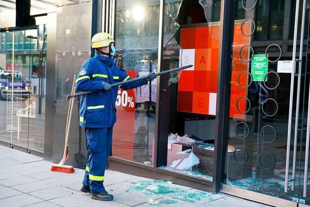 Ein Mitarbeiter vom THW hilft nach den... Absichern der beschädigten Geschäfte.    Foto: Sven Kohls (dpa)