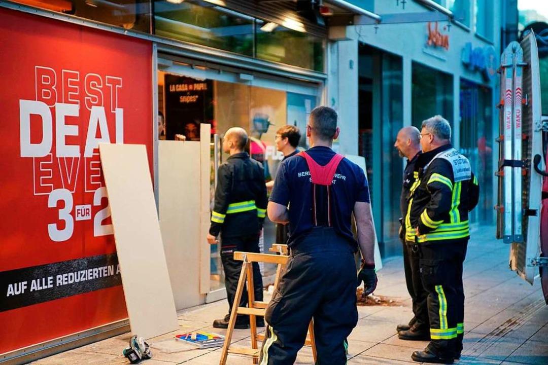 Die Feuerwehr hilft nach den schweren ... Absichern der beschädigten Geschäfte.    Foto: Sven Kohls (dpa)