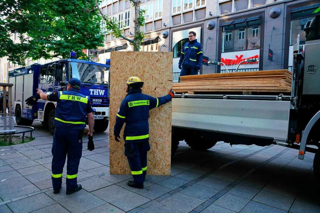 Mitarbeiter vom THW helfen nach den sc... Absichern der beschädigten Geschäfte.    Foto: Sven Kohls (dpa)