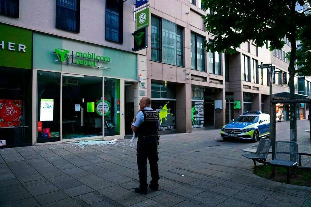 Ein Polizist steht nach den schweren A...acht zum Sonntag in der Fußgängerzone.    Foto: Sven Kohls (dpa)